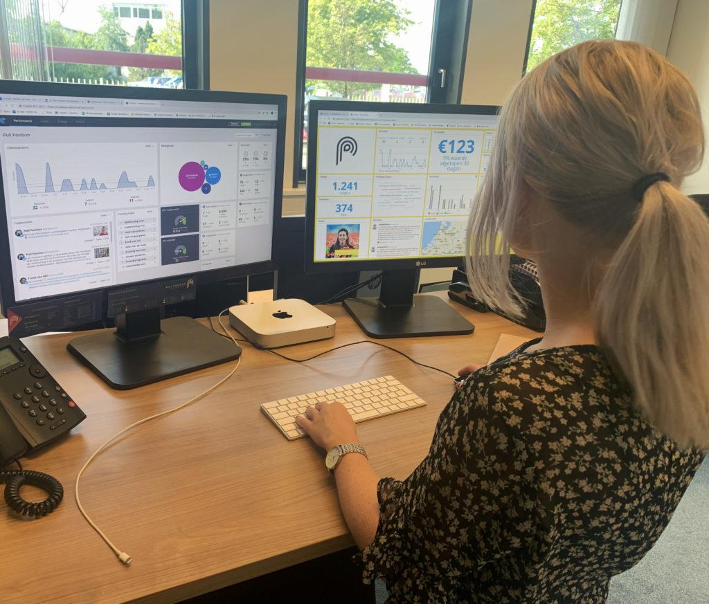 Esther van Vliet analyseert social media middels Coosto, een socialmedia monitoringstool.