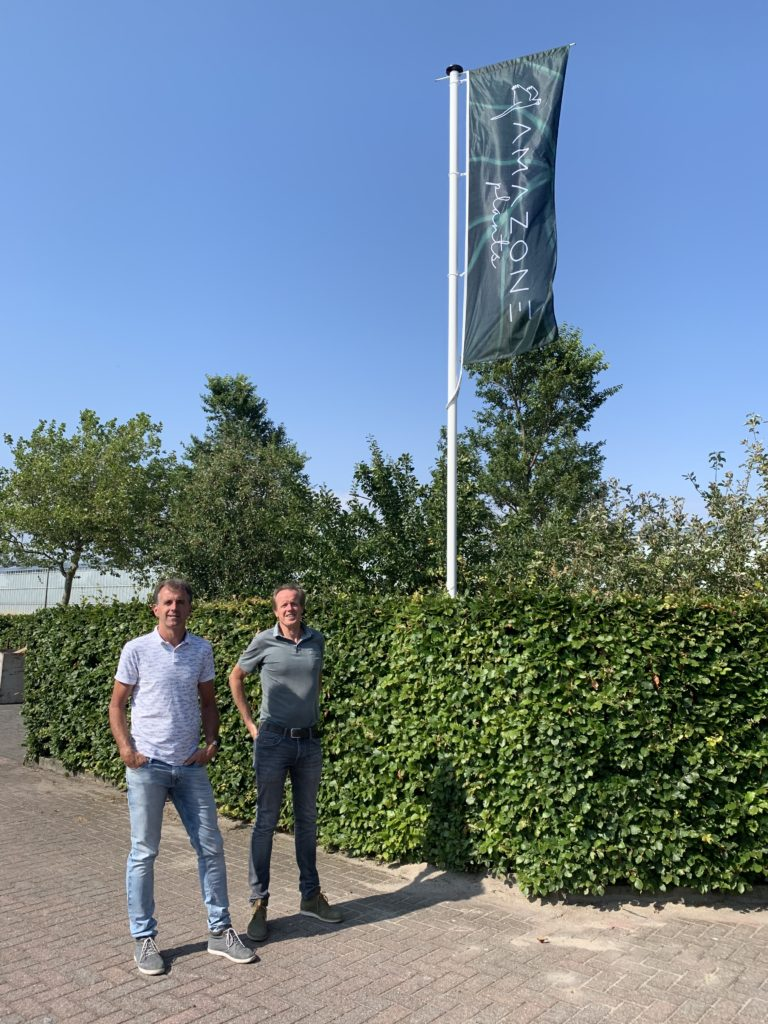 Lex en Fred onthullen nieuwe website door hijsen van de vlag