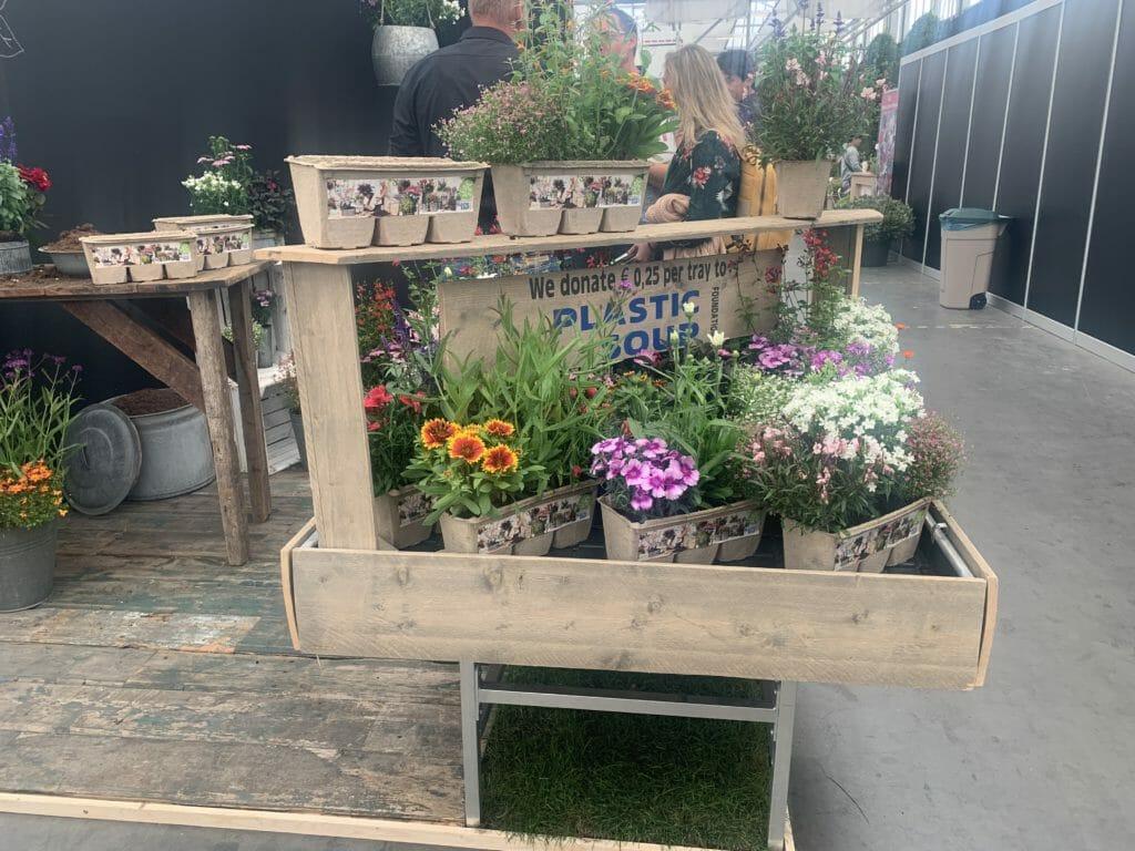 Colour Your Garden vermindert de plastic soup door gebruik te maken van een kartonnen tray die gewoon bij het oud papier kan en dus gerecycled wordt.